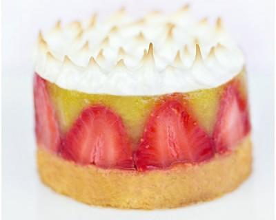 Sablé Breton rhubarbe, fraises & meringue Italienne à la cardamome