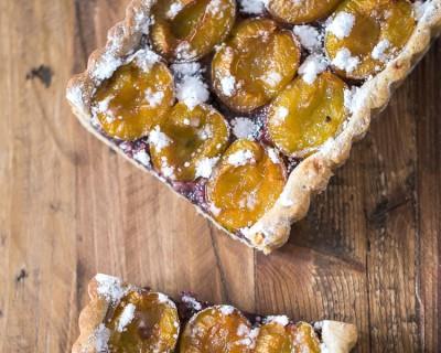 Tarte aux prunes, frangipane de myrtilles et pâte sablée cannelle