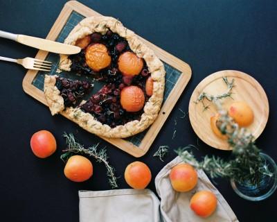 Tarte rustique aux abricots, fruits rouges et thym – Mes débuts de styliste culinaire
